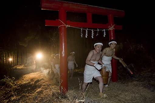FB 38 手桶を持って八幡神社へ裸参り .jpg